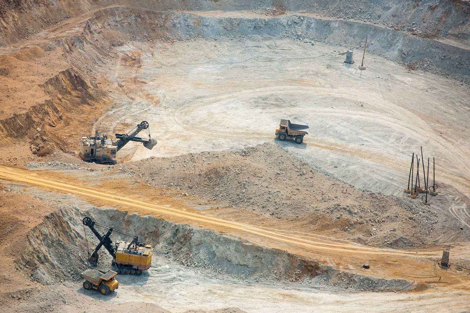 первое место по добыче железной руды занимает